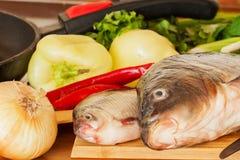 Nya rå fiskar stänger sig upp på en skärbräda arkivfoton