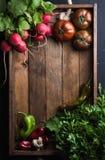 Nya rå ingredienser för sund matlagning- eller salladdanande i lantligt trämagasin över svart bakgrund, bästa sikt, kopia fotografering för bildbyråer