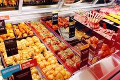Nya rå kött och klar-till-kock mål i supermarket Royaltyfria Foton