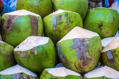 Nya rå kokosnötter på marknaden Royaltyfri Foto