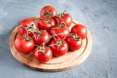 Nya rå och härliga druvatomater för bruk som matlagningingredienstomater på träbräde Fotografering för Bildbyråer