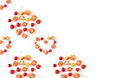 Nya rå organiska säsongsbetonade fruktbär på en vit bakgrund royaltyfria foton