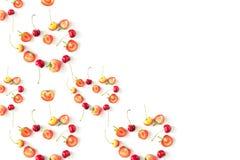 Nya rå organiska säsongsbetonade fruktbär på en vit bakgrund arkivfoto