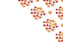 Nya rå organiska säsongsbetonade fruktbär på en vit bakgrund royaltyfri fotografi