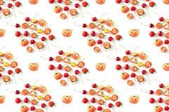 Nya rå organiska säsongsbetonade fruktbär på en vit bakgrund royaltyfria bilder