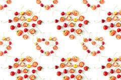 Nya rå organiska säsongsbetonade fruktbär på en vit bakgrund royaltyfri bild