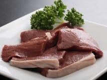 Nya rå Wagyu salta hjärtor av nötkött med örter på det vita uppläggningsfatet royaltyfri bild