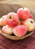 Nya röda äpplen i korg Royaltyfri Fotografi