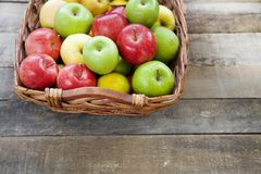 Nya röda äpplen i träasken Arkivfoto