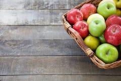 Nya röda äpplen i träasken Royaltyfria Foton