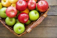Nya röda äpplen i träasken Arkivbild