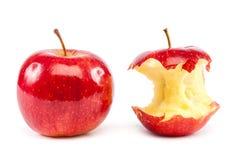 Nya röda äpplen och äpplekärna Royaltyfri Bild