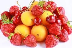 nya röda jordgubbar för aprikosCherry Royaltyfria Foton