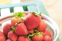 Nya röda jordgubbar i metallbunke Royaltyfri Bild