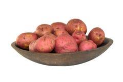 Nya röda potatisar i en träbunke Arkivfoto