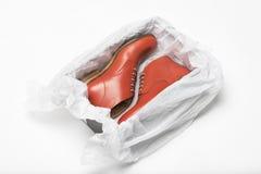 Nya röda skor i ask Arkivfoto