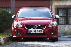 Nya röda Volvo på de Istanbul gatorna Arkivfoto