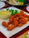 Nya rödlätta stycken av stekt kyckling i smet royaltyfria foton