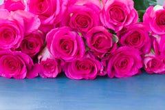 Nya rosor på tabellen Arkivfoton