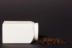 Nya rostade kaffebönor Arkivfoto