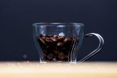 Nya rostade kaffebönor Arkivbild