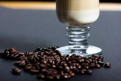 Nya rostade kaffebönor Arkivbilder