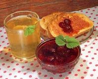 Nya rostat bröd med jordgubbedriftstopp och tea Arkivbilder
