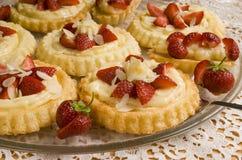 nya runda jordgubbar för cake Royaltyfri Bild