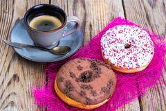 Nya söta donuts med kulör glasyr royaltyfri foto