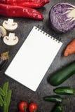Nya saftiga grönsaker gränsar, den tomma vita notepaden med kopieringsutrymme, bästa sikt Modell för sunt maträttrecept royaltyfri bild