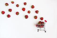 Nya saftiga jordgubbar i en mat cart, isolerat på en vitbac Fotografering för Bildbyråer