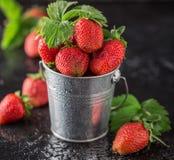 Nya saftiga jordgubbar med sidor En ljus radda, är nya bär av en jordgubbe sund begreppsmat Nya organiska bär Royaltyfri Fotografi