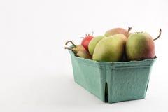 Nya saftiga päron i en låda boxas på vit bakgrund Royaltyfri Fotografi