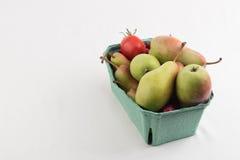 Nya saftiga päron i en låda boxas på vit bakgrund Arkivfoton
