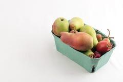 Nya saftiga päron i en låda boxas på vit bakgrund Arkivbilder