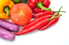Nya saftiga peppar och tomater med aubergine Arkivbild