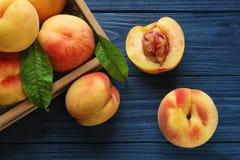 Nya saftiga persikor i magasin Royaltyfri Bild