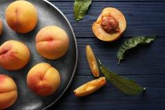 Nya saftiga persikor i magasin Royaltyfri Fotografi