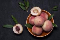 Nya saftiga persikor med sidor Royaltyfria Foton