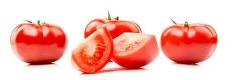 Nya saftiga tomater och att klippa i halva och en skiva Royaltyfri Bild