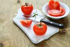 Nya saftiga tomater på ett vitt bräde Royaltyfria Foton