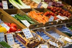 Nya sallad och grönsaker på marknadsplatsen Royaltyfria Bilder