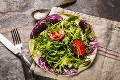 Nya salladtomater och blandad gräsplanarugula, mesclun, mache Fotografering för Bildbyråer