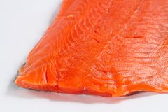 Nya Salmon Fillet Close Up på vit bakgrund Royaltyfri Bild