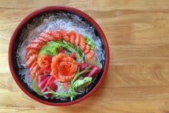 Nya Salmon Sushi på trätabellbakgrunden Arkivfoton