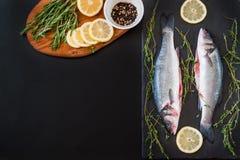 nya seabass, citron och kryddor på tabellen Royaltyfria Foton