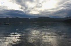 Nya Själland som förbluffar reflekterat solnedgångljus i Akaroa arkivbilder