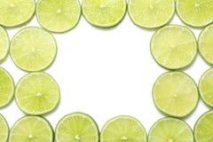 Nya skivade mogna limefrukter på vit bakgrund Royaltyfria Bilder