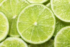 Nya skivade mogna limefrukter som bakgrund Royaltyfri Fotografi