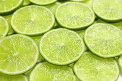 Nya skivade mogna limefrukter som bakgrund Arkivfoton